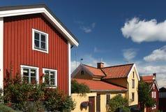Schwedische Häuser mit blauem Himmel Stockbilder