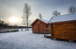 Schwedische Kabinen in den Winterfarben Lizenzfreie Stockfotos