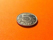 Schwedische Kronen der Silbermünze fünf auf Orange Stockbild