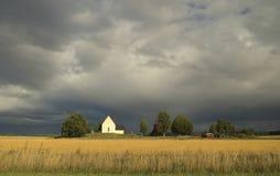 Schwedische Landschaft mit drastischem Himmel lizenzfreie stockbilder