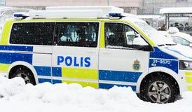 Schwedische Polizeiwagen parkten einen Wintertag, wenn es außerhalb der Hauptbahnstation schneit, Stockholm-Hauptbahnhof Lizenzfreies Stockbild