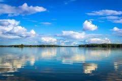 Schwedische Seelandschaft mit Reflexion Stockfotos