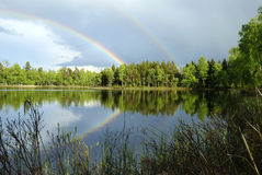 Schwedische Seelandschaft nach Regen stockfoto