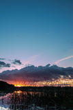Schwedische Sommernacht durch See Lizenzfreie Stockfotos