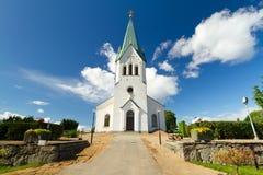 Schwedische weiße Kirche über blauem Himmel Lizenzfreies Stockbild