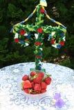 Schwedischer Hochsommerpfosten mit Erdbeeren in der Front Stockbilder