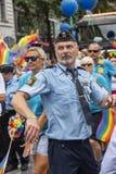 Schwedischer Polizeibeamte, der Europride Stockholm tanzt Stockfoto