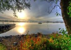 Schwedischer See in der Herbstlandschaft Stockbild