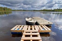 Schwedischer See mit Boot Stockfotografie