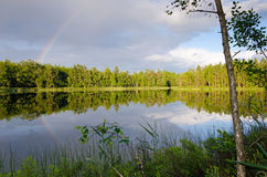 Schwedischer See mit Regenbogen Lizenzfreies Stockbild