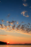 Schwedischer Sommersonnenuntergang im Archipel Lizenzfreie Stockbilder