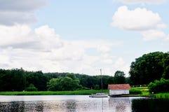 Schwedisches Häuschen und Boot Stockfotografie