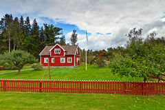Schwedisches Häuschenhaus auf der Seite des Waldes Stockbilder