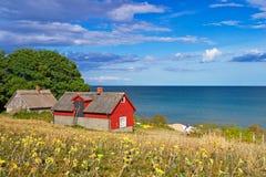 Schwedisches Häuschenhaus in Ostsee Stockbild