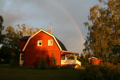 Schwedisches Haus mit Regenbogen Stockbild