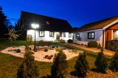 Schwedisches Landhaushaus mit modernem Garten in der Nacht Lizenzfreies Stockbild