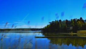 Schwedisches Natur outisde ein Auto wondow stockbild