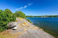 Schwedisches Seeufer in der Sommersaison Stockfotografie