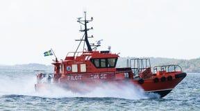 Schwedisches Versuchsboot, steuern Se 746 auf dem Weg zum Schiff, M/T TARNBRIS im Hafen von Gothenburg Lizenzfreie Stockbilder