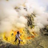 Schwefel-Bergmann am Arbeits-inneren Krater von Kawah Ijen, Indonesien Lizenzfreie Stockfotografie