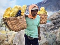 Schwefel-Bergmann an Vulkan Kawah Ijen, Osttimor, Indonesien Lizenzfreie Stockfotografie