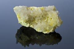 Schwefel- und Quarzkristalle. Stockbild