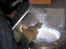 Schweißarbeit, Arbeitskraft mit schützendem Schweißen lizenzfreies stockbild