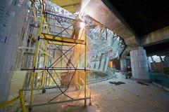 Schweißarbeiten im zweiten Stock am Bau Lizenzfreie Stockfotos