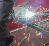 Schweißen einer Nettotabelle mit Blitzlicht Stockbilder