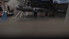 Schweißende Installationen des unerkennbaren Bauarbeiters in der Uniform stock video