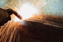 Schweißende Stahlkonstruktion in der Werkstatt Lizenzfreies Stockfoto