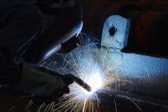 Schweißende Stahlkonstruktion in der Werkstatt Stockfotos