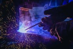 Schweißende Stahlkonstruktionen und helle Funken Stockfoto