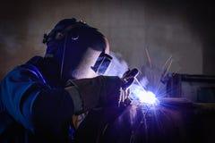 Schweißende Stahlkonstruktionen und helle Funken Lizenzfreies Stockfoto
