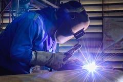 Schweißende Stahlkonstruktionen und helle Funken Lizenzfreie Stockbilder