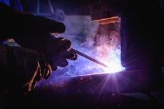 Schweißende Stahlkonstruktionen und helle Funken Stockfotos