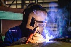 Schweißende Stahlkonstruktionen und helle Funken im Bau Lizenzfreie Stockfotos