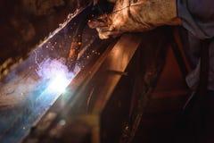 Schweißende Stahlkonstruktionen und heller Funken Stockbilder