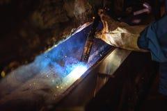 Schweißende Stahlkonstruktionen und heller Funken Stockbild