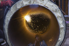 Schweißendes großes Rohr oder Rohr schauen Sie von innen Stockfotografie