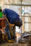 Schweißensarbeitskraft mit einem Radialstrahl sah auf einer Baustelle lizenzfreies stockbild