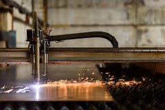 Schweißensgerät, das Platte auf der Schwerindustrieanlage schneidet Stockfotos