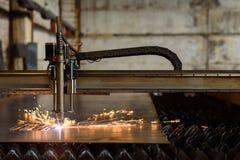 Schweißensgerät, das Platte auf der Schwerindustrieanlage schneidet Stockbild