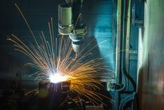 Schweißensrobotermaschine in einer Autofabrik, Herstellung, Industrie Stockfotos