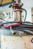 Schweißensstange auf dem schmutzigen Pumpenbehälter Lizenzfreies Stockbild