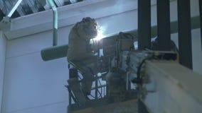 Schweißer auf Kran in einem industriellen Lager stock video