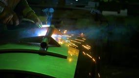 Schweißer bei der Arbeit in der Metallindustrie stock video