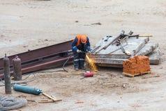 Schweißer, der an der Baustelle arbeitet Arbeitskraft im Sturzhelm schweißt mich Lizenzfreies Stockbild