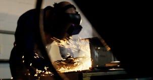 Schweißer, der ein Metall schweißt stock video