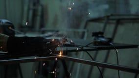 Schweißer, der ein Metall in der Werkstatt schweißt stock video footage